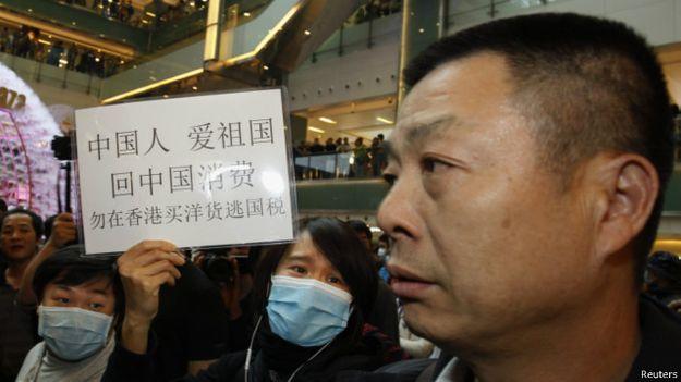 150224035440_protestors_hk_shopping_mall_640x360_reuters