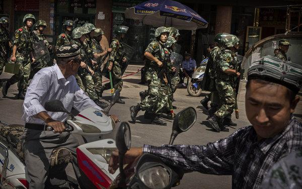去年7月,一名被视为持亲政府立场的阿訇被刺死。图为军警正在喀什一座清真寺外警戒。