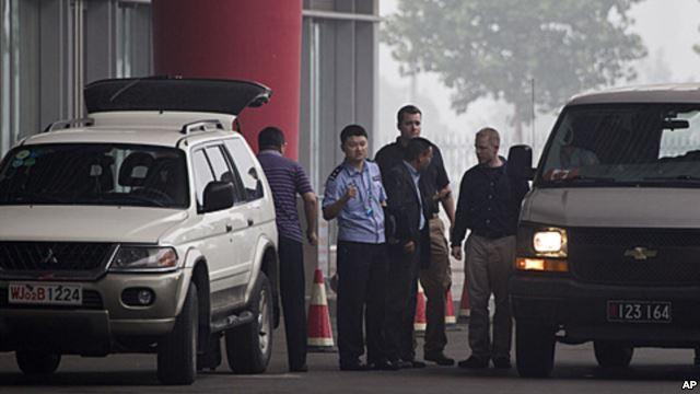 中国过去海外追讨的成果之一,2011年7月23日赖昌星被遣返中国,押送他的加拿大警官(右中)在北京国际机场与中国警官交谈。
