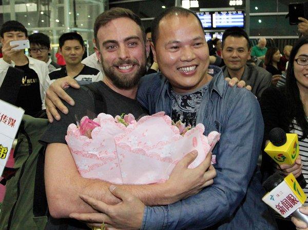 """周二晚,""""橘子哥""""在广东省揭阳机场迎接BuzzFeed编辑马特·斯托佩拉。"""