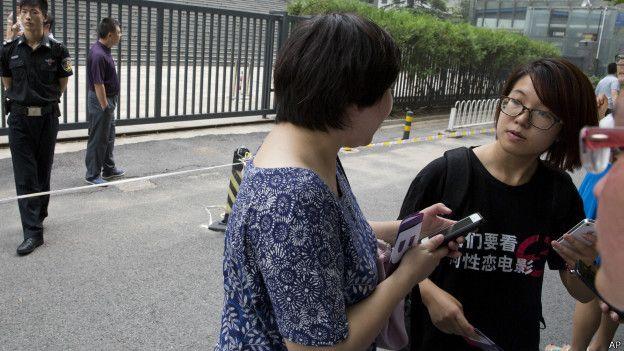 韦婷婷(右)的代表律师王秋实说,当局申请批捕的罪名与最初被拘留时也已经不一样