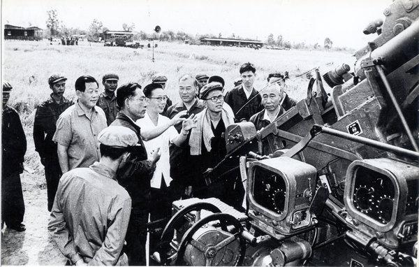 1977年,红色高棉国防部长宋成(中)和几名中国顾问在一起。