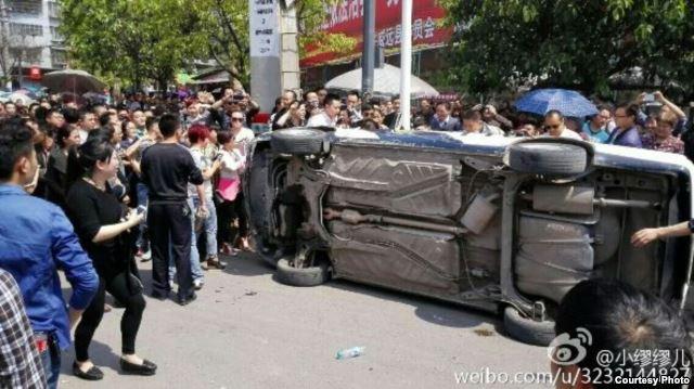 四川威远县上万人走上街头抗议化工污染