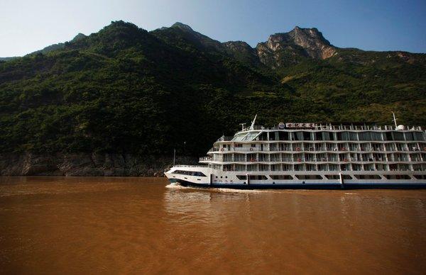 2012年,长江上的一艘游轮,这里距离湖北省三峡大坝约60英里(约合100公里)。