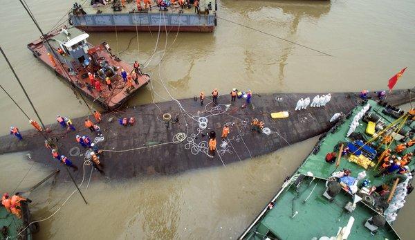 周四,救援人员继续搜寻游船倾覆事故的遇难者遗体。
