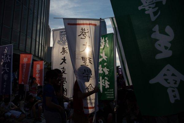 周日,香港抗议者对议员施压,要求他们阻止北京对下次选举港府高级官员的安排。