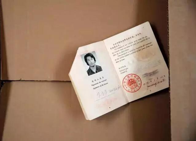 """护照 艾未未1981年去美国,是中国最早出国的一批人,12年后回国。""""那段时间玩得很high,我没拿美国护照,也没拿学位,也不会开车,也没有积累资金,也没结婚,就这么混着。"""""""