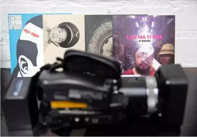 摄像机 过去几年中,艾未未做了很多纪录片。某次拍摄中,这个摄像机被抢下弄坏了。