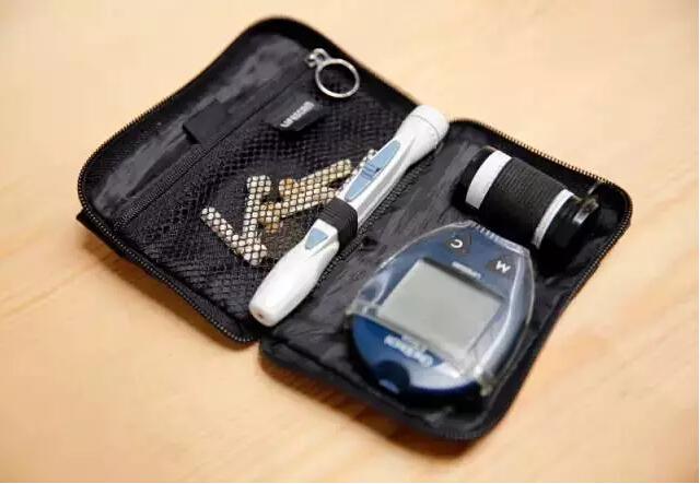 血糖检测仪 艾未未有高血糖,每天早上都要测一次,每天也都要吃药。