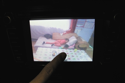 在家长录下的视频中,受害女孩出现做噩梦、自闭、发呆等状况。新京报记者 周清树 摄