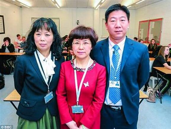 图为来自南京的李爱云(音)老师(中)、来自西安的自然科学老师杨君(音)(左)以及来自杭州的数学老师邹海连(音)。