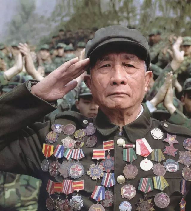 身挂41枚奖章的池炳文被《解放军画报》选为2007年某期杂志的封面人物。但经过细心人士证实,其中17枚勋章并不属于他本人