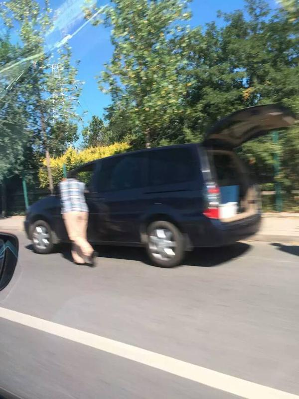 有网友称无进京证的车辆无法在北京加油,自己推车回家