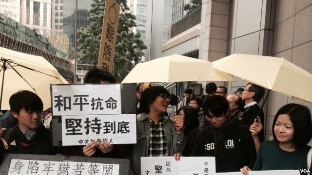 美国之音 |香港学生重回占中示威区论政治、社运
