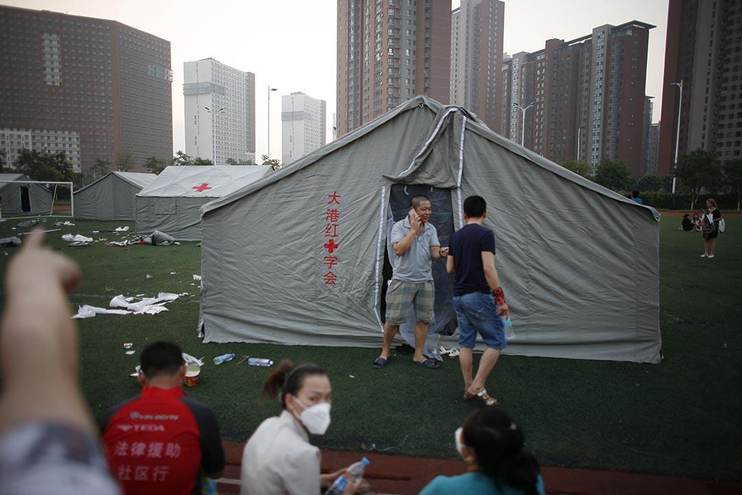 一些市民疏散后临时安顿在一所小学中。摄 : Stringer/ChinaFotoPress
