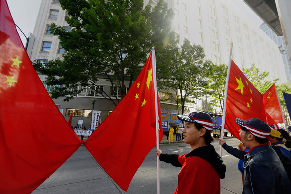 Joe Chen是一位生活在美国的中国人,上周在西雅图,他手持中国国旗等待迎接到访的习近平。