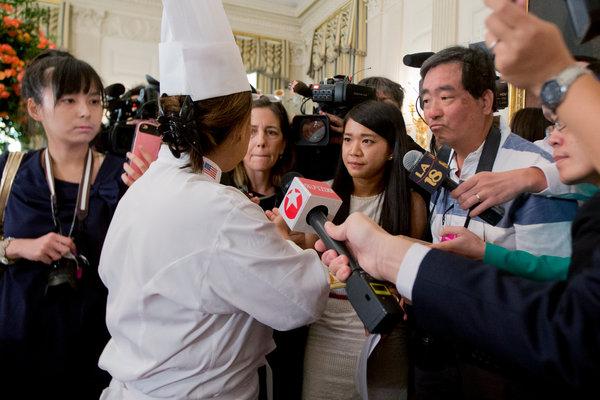中国记者簇拥着白宫行政主厨主厨Cristeta Comerford进行采访