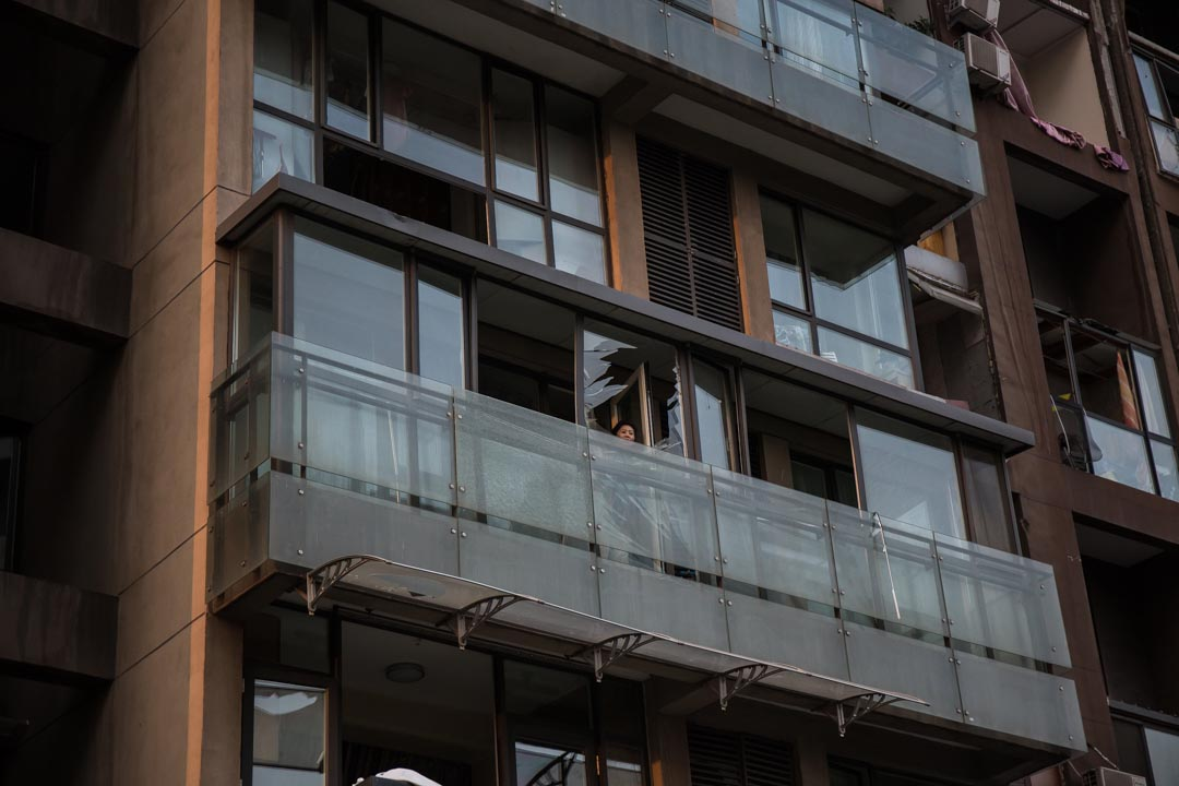 一名市民在住宅露台观看。摄 : Billy H.C. Kwok/端传媒