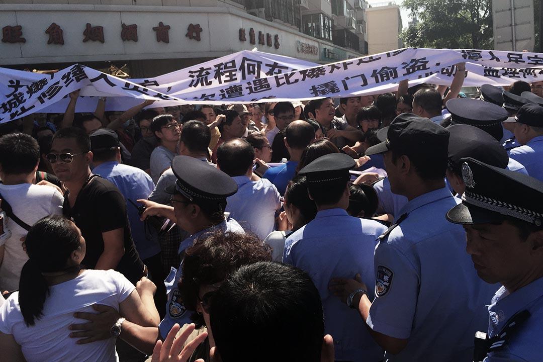 示威者在市政府正对面的路口处与警察发生冲突。摄 : Wu Hao/端传媒