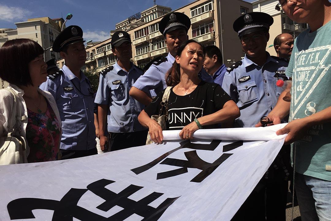 业主们派出的代表被请入市政府与工作人员商讨业主诉求,其余的业主在市政府门外焦急地等待。摄 : Wu Hao/端传媒