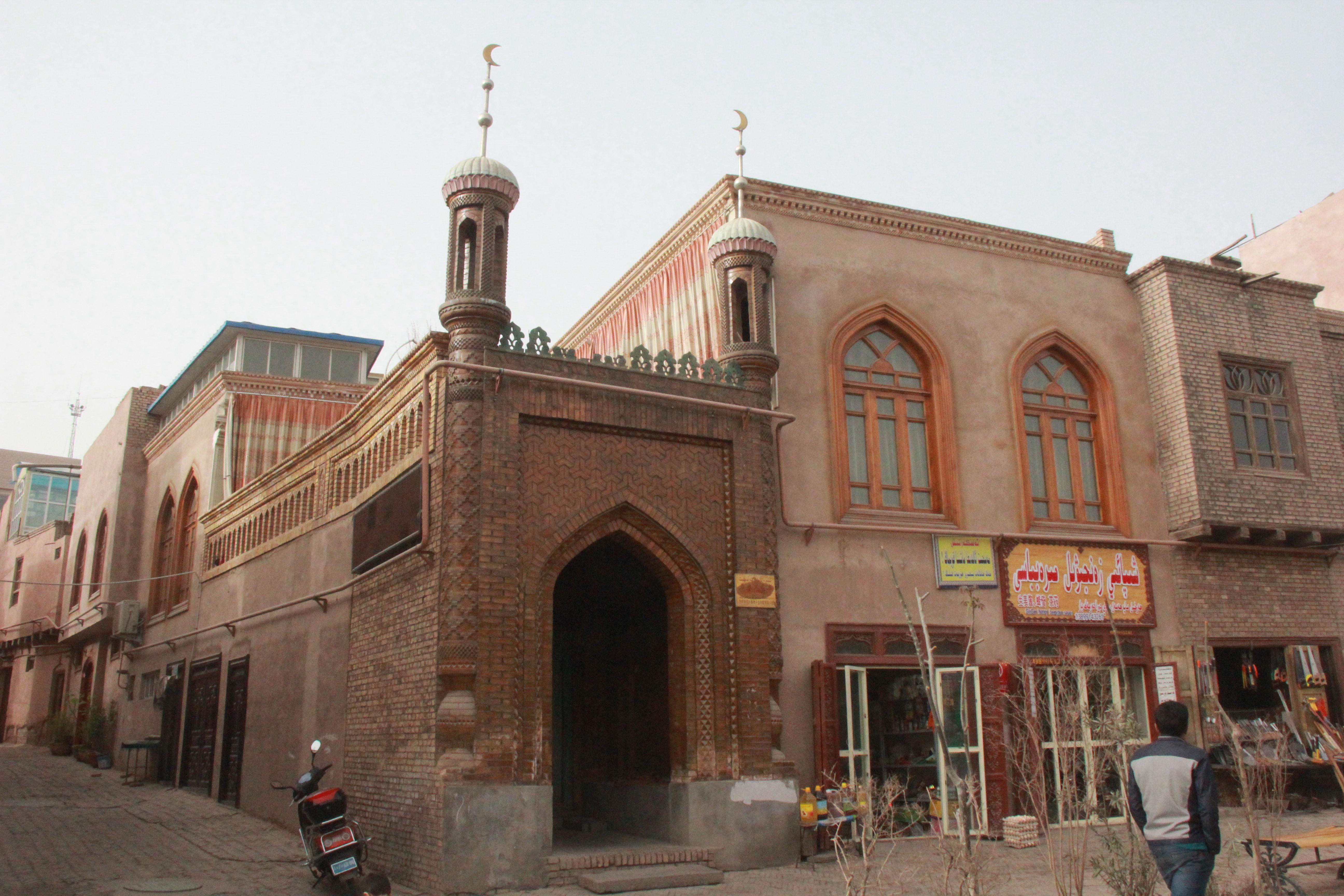 喀什老城区内的一座清真寺。全疆目前共有清真寺2.44万座,新疆官方称充分保证信教群众的正常宗教活动。摄影:陈芳