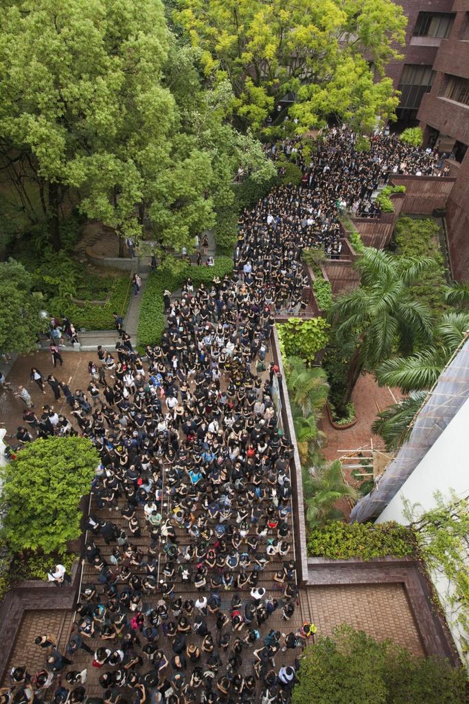 週二,大約2000名港大師生在校園內舉行黑衣靜默遊行,抗議校委會否決任命(圖片來源:EPA)