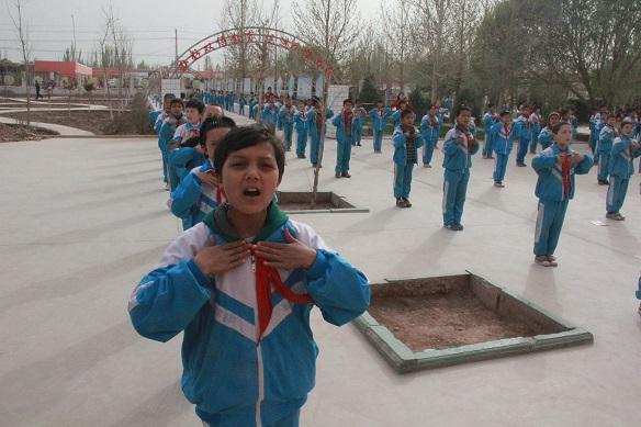 喀什地区疏附县托克托克镇中心小学,该小学双语教育成效显著。多位新疆基层官员告诉凤凰网,去极端化抓好教育是关键。