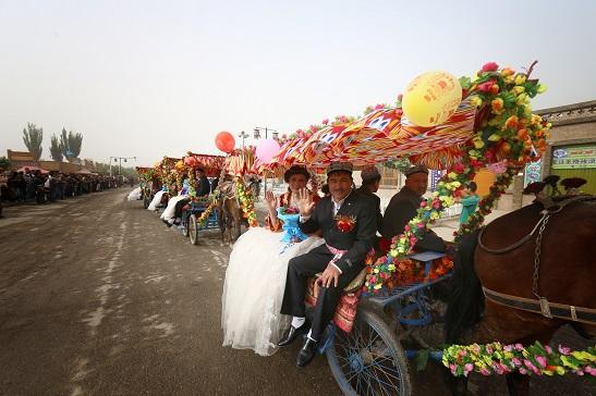 """受宗教极端思想影响,近些年,南疆地区普遍出现婚礼不让唱歌跳舞现象。去年,名为""""塔克拉玛干的婚礼""""刮遍南疆,久违的歌舞重现当地婚礼,广受农民欢迎。摄影:宋歌"""
