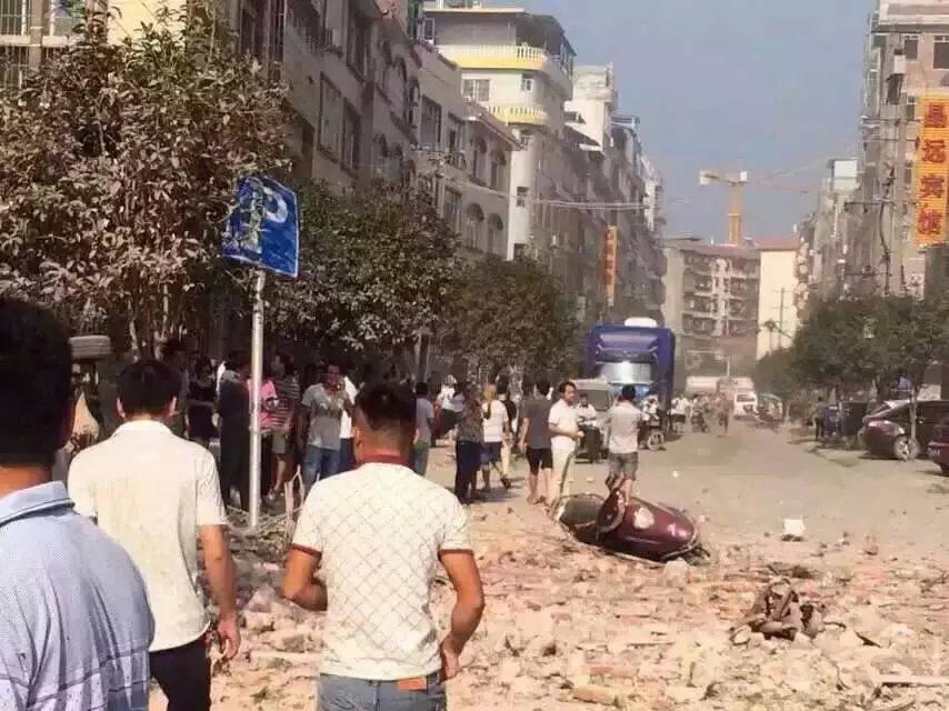 9月30日,广西省柳州市柳城县遭邮寄炸弹袭击,包括政府、监狱、医院在内的17处公共场所在2小时内连续发生爆炸。(推特图片)