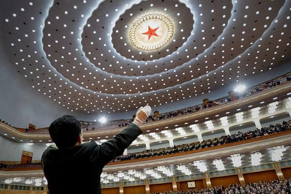 新华社照片,北京,2014年3月13日    为了中国梦的美好明天    一年之计在于春,全国两会期间,代表委员集思广益,同心共筑实现中华民族伟大复兴的中国梦。通往美好明天的道路上,13亿人团结一心,正以磅礴之势,昂扬奋进。    3月12日,全国政协十二届二次会议在北京人民大会堂举行闭幕会。这是委员在闭幕会结束时唱国歌。    新华社记者马占成摄