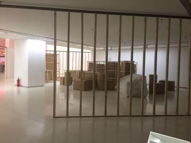 """犹如禁闭室一样的半开放空间,尚未拆封的包装箱,""""众泰""""就被包裹在其中。墙上两个空白页,本是刘伟伟作品介绍,也被删掉了。"""
