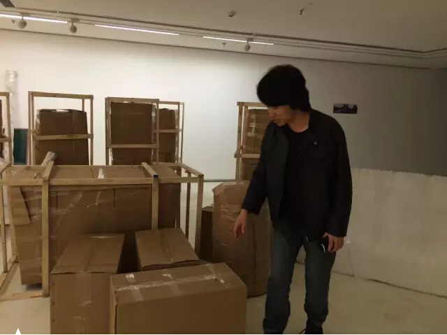 艺术家刘伟伟和他未能拆封的作品