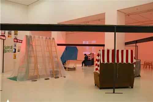 """一组用塑料布、旧沙发、木板等搭建的""""游击建筑"""",也被称为""""流浪汉房屋"""",这是艺术家马永峰等人发起的替代性建筑实验的一部分。"""