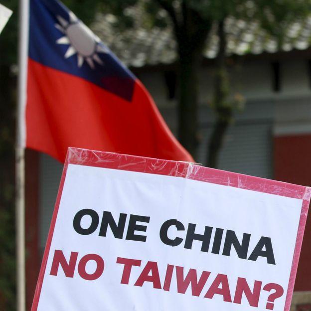 """立法院外聚集着示威抗议者。这些示威者包括许多抗议马英九与中国签定""""黑箱""""服贸协议的""""太阳花运动""""成员。"""