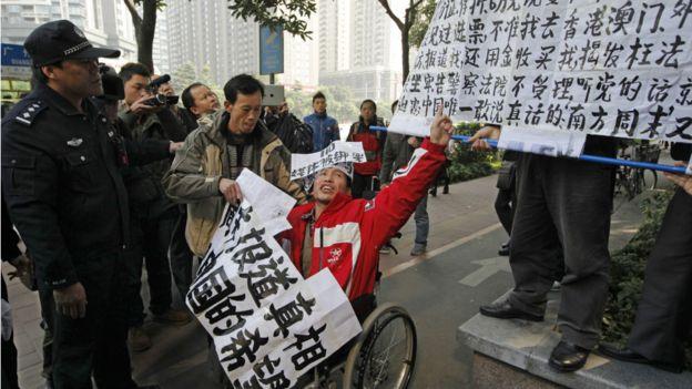 2013年,《南方周末》编采人员抗议新年贺词被大幅修改,郭飞雄、孙德胜及刘远东均有参与声援。