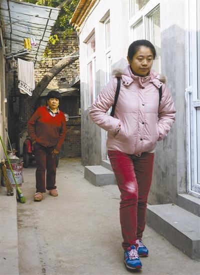 """母亲越来越走不动路,22岁的李雪,开始踏上独自找回""""李雪""""的路。 本报记者 王伟伟摄"""