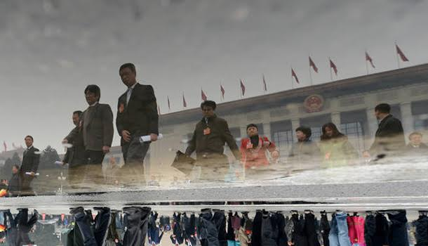 新华社照片,北京,2013年3月12日 全国政协十二届一次会议闭幕  3月12日,全国政协十二届一次会议在北京人民大会堂举行闭幕大会。这是闭幕会后,政协委员走出人民大会堂(180°翻转照片)。 新华社记者 秦晴 摄