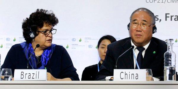 Jacky Naegelen/Reuters 周三,巴西环境部长伊莎贝拉·特谢拉与中国代表团团长解振华在法国勒布尔热的气候谈判期间出席新闻发布会。