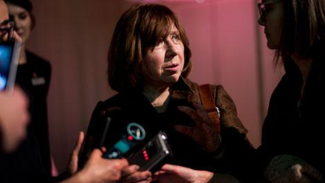 阿列克谢耶维奇在斯德哥尔摩接受媒体采访