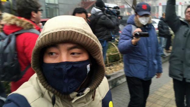 一些怀疑是警察,带着口罩的便衣人员猛力推搡记者和示威者,同时以摄像机拍下他们的模样。