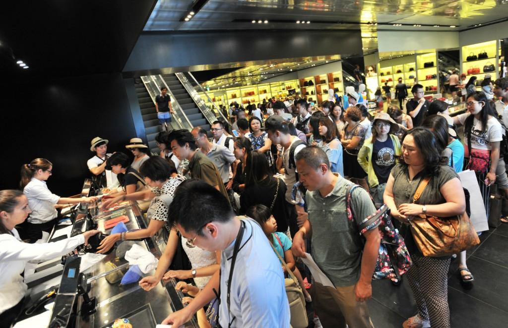 2015年7月27日,意大利佛罗伦萨The Mall购物中心,PRADA店内被中国游客占领。/CFP