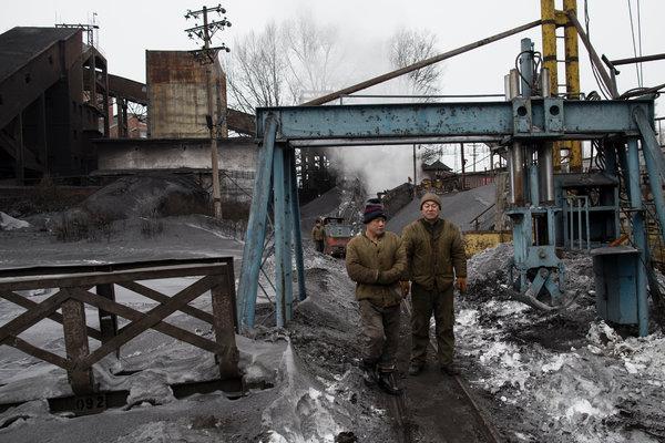 兴山煤矿的两名工人。该矿隶属于黑龙江省鹤岗龙煤集团。9月,作为东北最大的煤炭公司,龙煤宣布计划裁员10万人。