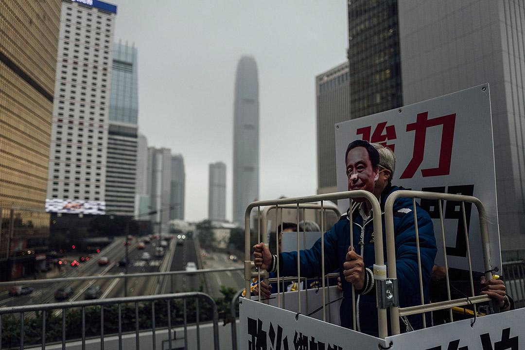 """2016年1月10日,金钟,支联会举行游行表示关注李波""""被消失""""事件,期间有游行人士戴上李波的面具。摄:Anthony Kwan/端传媒"""