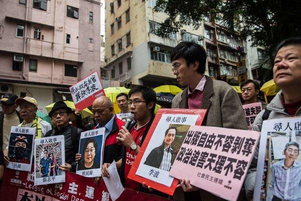 本周,抗议者手持五名失踪出版商的照片,包括李波的头像(右二)。