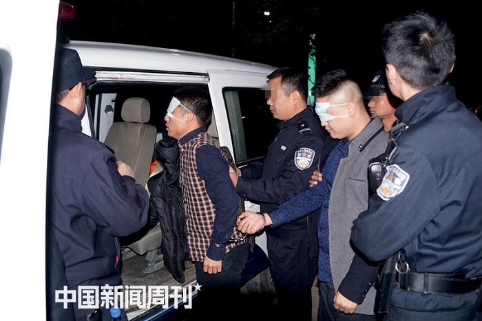 余干警方在打击活动中抓捕的犯罪嫌疑人。摄影:谢鑫鑫