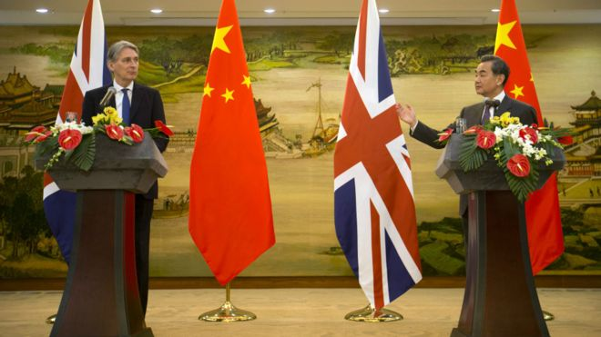 160105131946_cn_philip_hammond_wang_yi_976x549_ap_nocredit