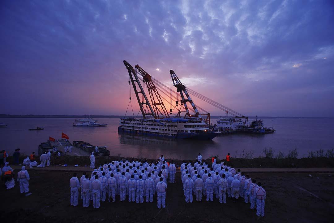 "2015年6月5日,救援人员翻沉的""东方之星""游轮打捞出水。摄: ChinaFotoPress/ChinaFotoPress via Getty Images"