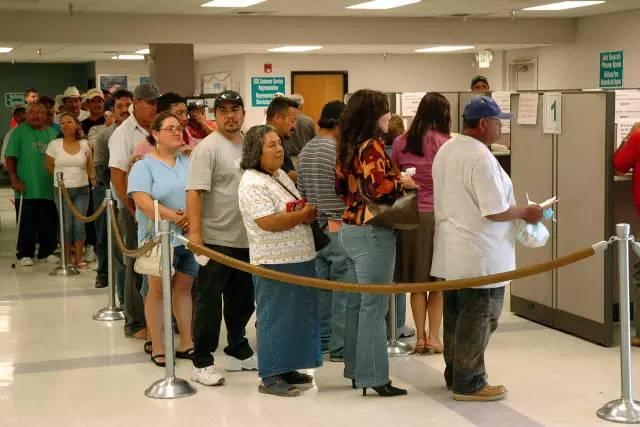 美国,排队领取失业救济金的市民。