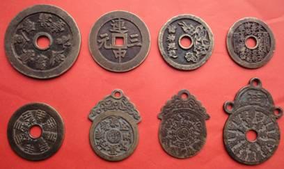 """多种样式的铜钱款""""压岁钱"""""""
