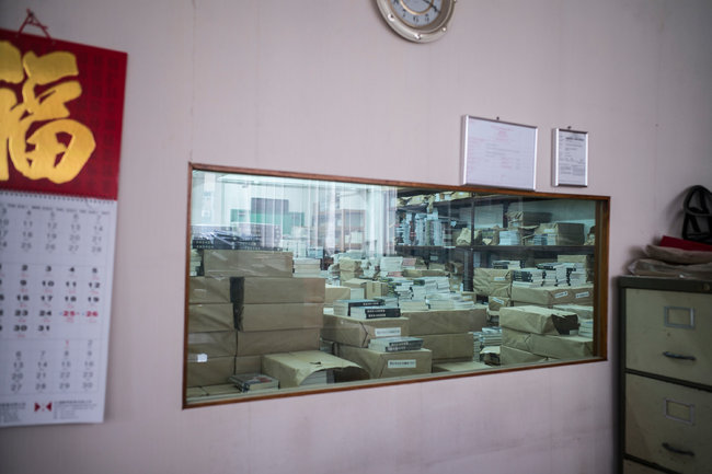 Lam Yik Fei for The New York Times 一家出版公司在香港的仓库里堆满了有关谋杀与色情元素的书籍。